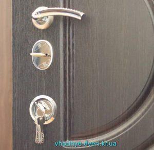Входная дверь Кривой Рог Элит с раздельной ручкой, замками и утопленной броненакладкой